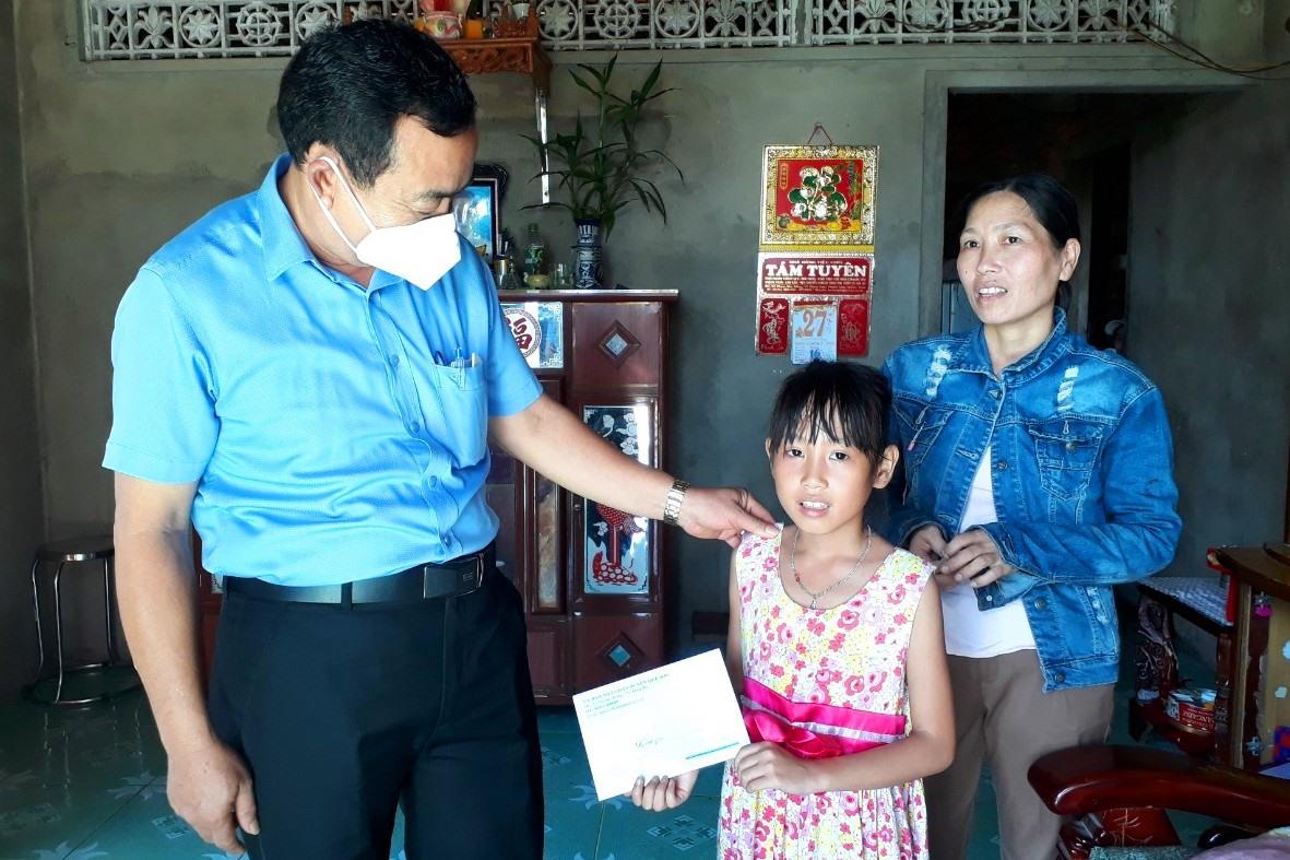 Lãnh đạo huyện Quế Sơn tặng quà cho trẻ em khó khăn tại xã Quế Minh. ảnh DT
