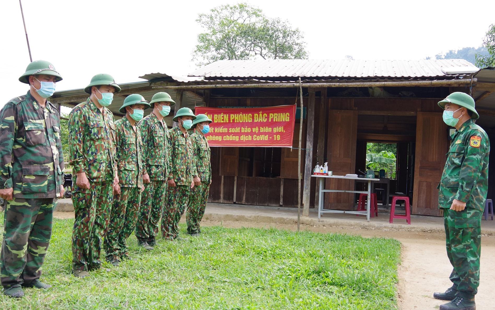 Đại tá Nguyễn Bá Thông – Chỉ huy trưởng BĐBP tỉnh giao nhiệm vụ cho lãnh đạo Đồn Biên phòng Đắc Pring và CBCS đang cắm chốt tại thôn Pêtapoóc. Ảnh: HUỲNH CHÍN