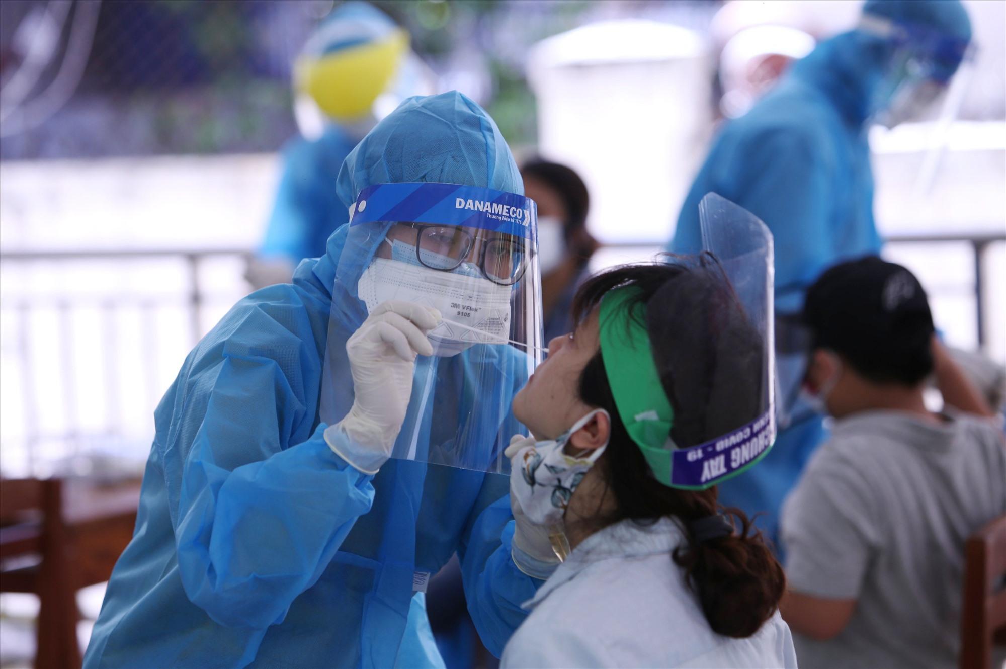 Xét nghiệm COVID-19 tại Đà Nẵng. - Ảnh: VGP