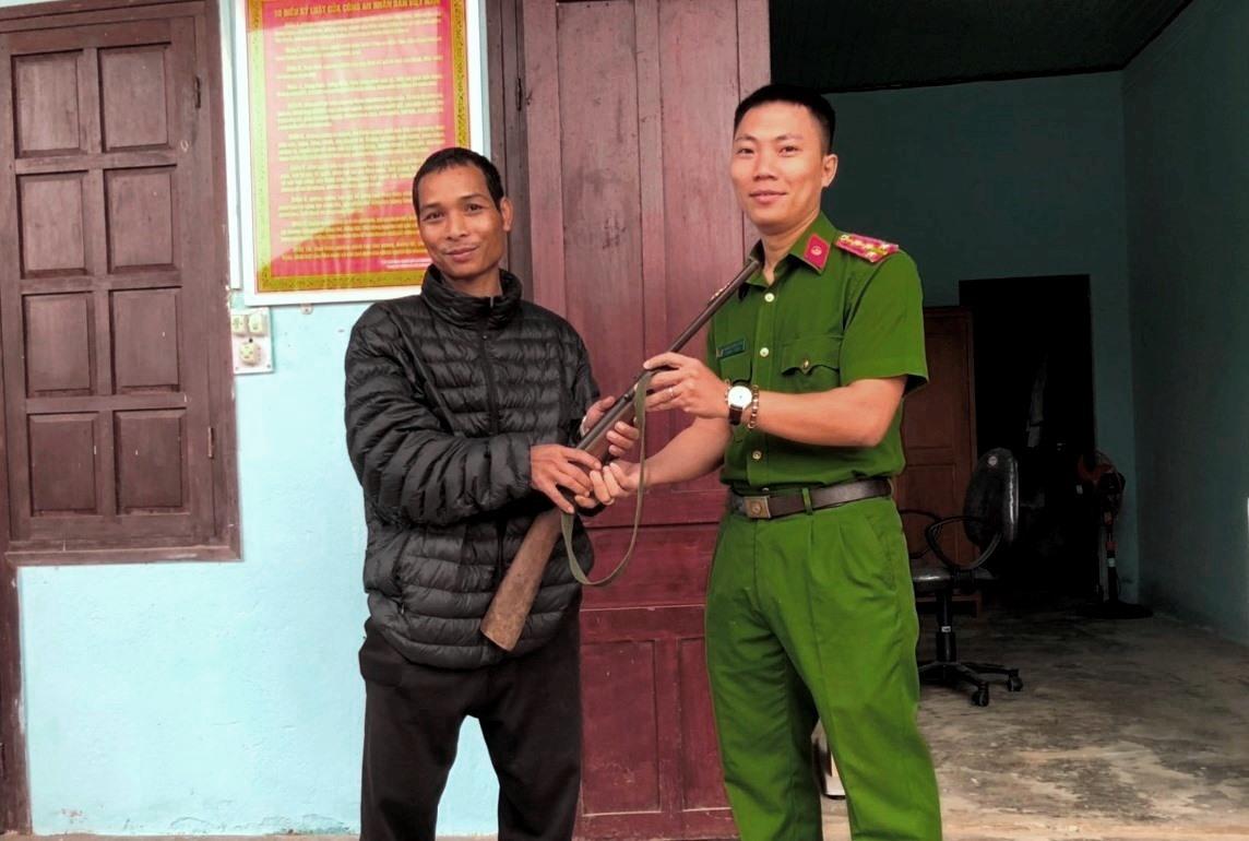Người dân địa phương tình nguyện giao nộp súng tự chế cho Công an xã Chà Vàl (ảnh chụp cuối năm 2010). Ảnh: CACC
