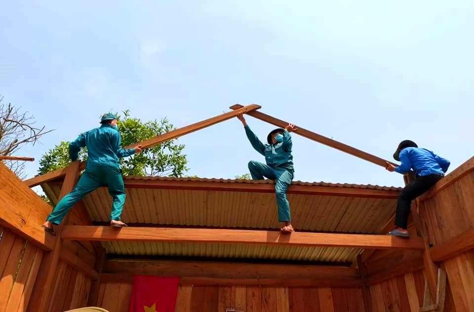 Thanh niên Nam Giang giúp dân khắc phục nhà cửa hư hại sau dông lốc. Ảnh: Đ.N