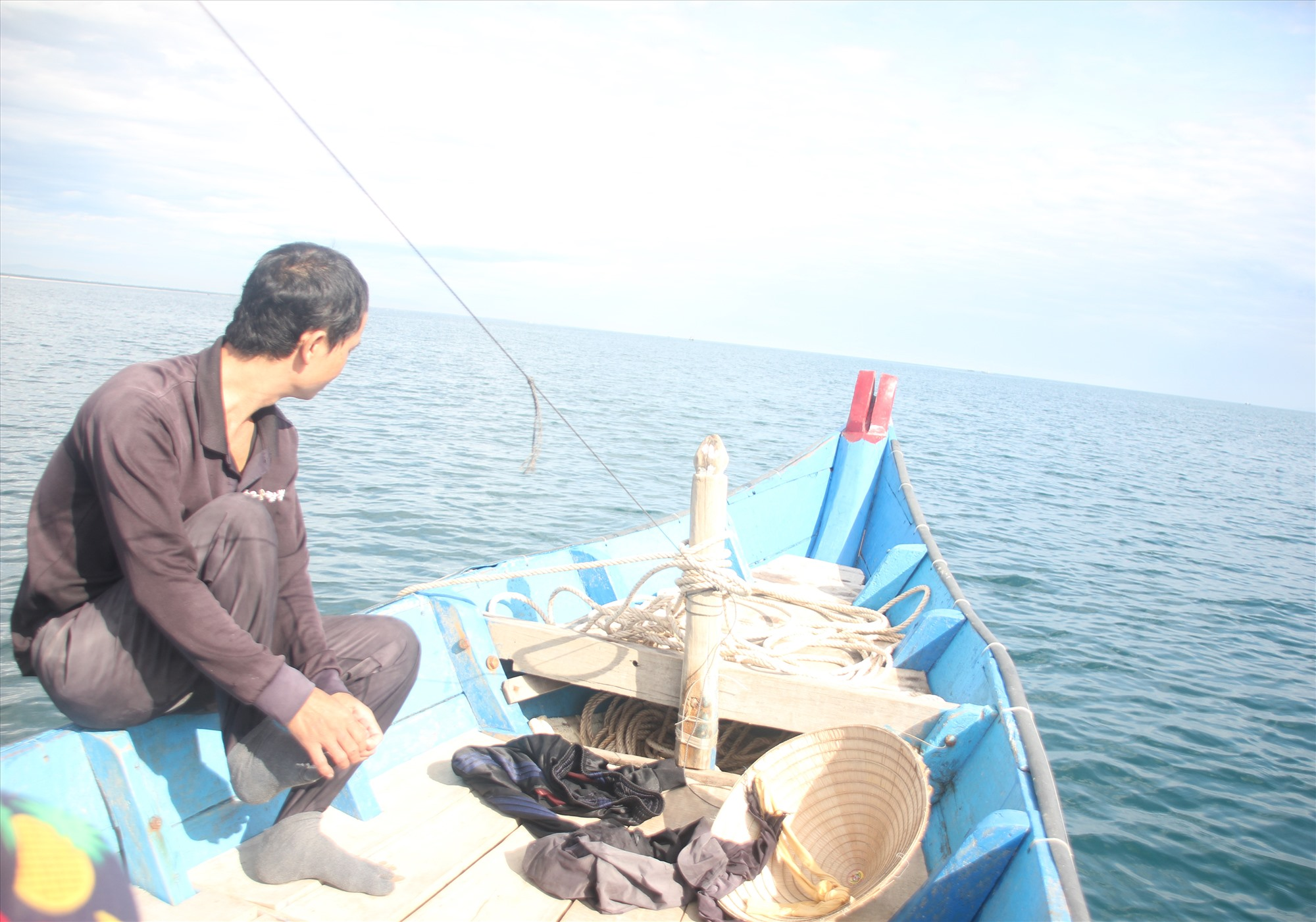 Ngư dân khai thác thủy hải sản gần bờ thường sử dụng các loại túi nhựa đựng thức ăn trong ngày, rác thải bị vứt xuống biển. Ảnh: H.Q