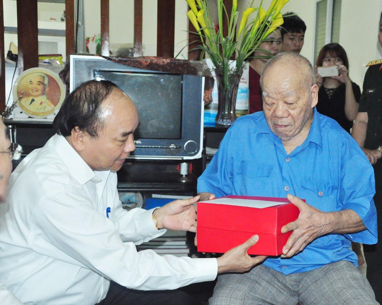 Năm 2016, Thủ tướng Nguyễn Xuân Phúc (nay là Chủ tịch nước) thăm, tặng quà lão thành cách mạng Trần Kim Anh. Ảnh: Tư liệu