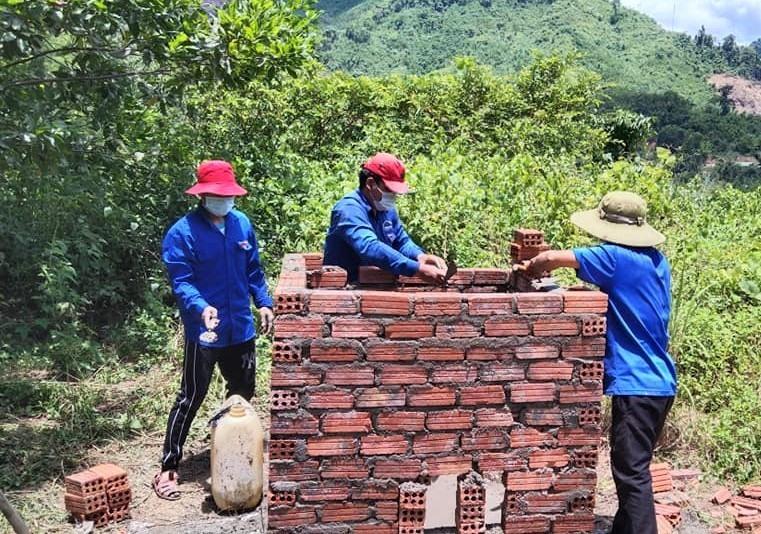 Tuổi trẻ Nam Giang xây dựng các lò đốt rác. Ảnh: CTV