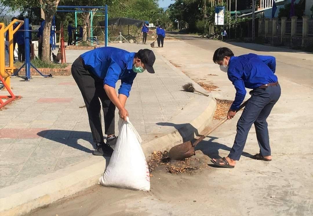 Tuổi trẻ ra quân dọn vệ sinh khu dân cư. Ảnh: CTV