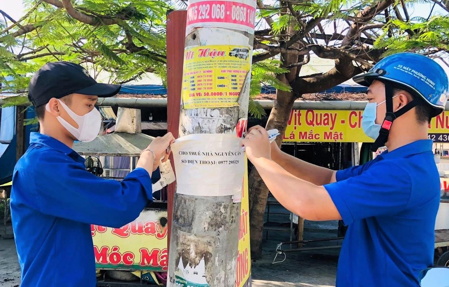 Tuổi trẻ thị trấn Phú Thịnh (Phú Ninh) bóc dỡ quảng cáo sai quy định. Ảnh: CTV