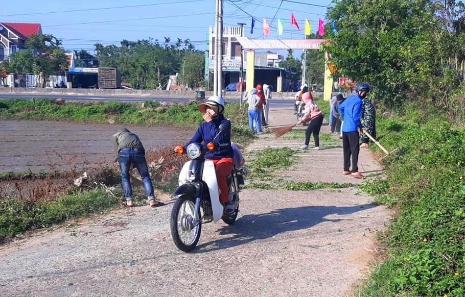 Đoàn viên thanh niên xã Tam Xuân 1 (Núi Thành) vệ sinh, phát quang đường giao thông nông thôn. Ảnh: CTV