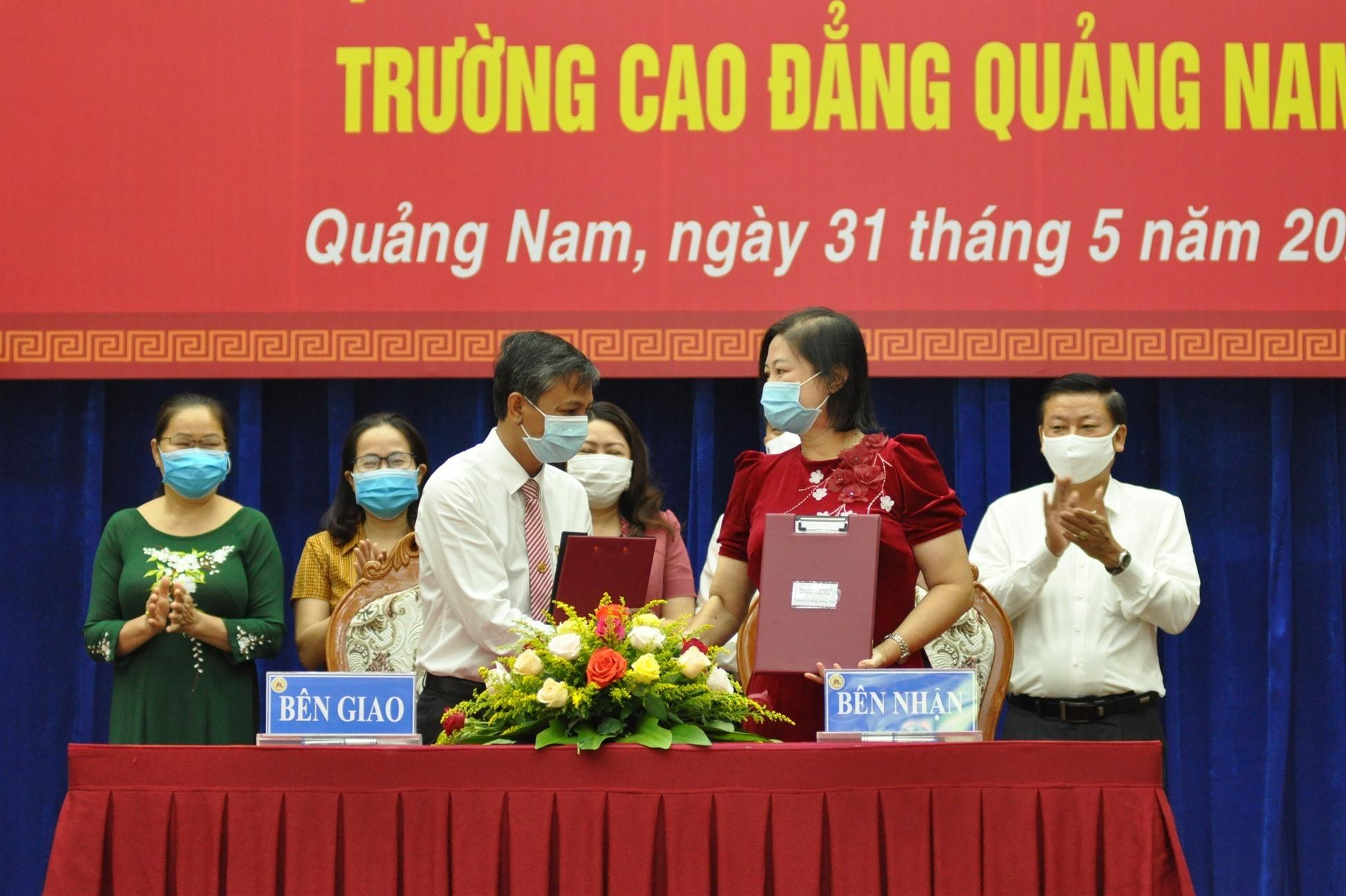 Dưới sự chứng kiến của lãnh đạo tỉnh, lãnh đạo các trường cũ bàn giao cho lãnh đạo Trường Cao đẳng Quảng Nam. Ảnh: X.P