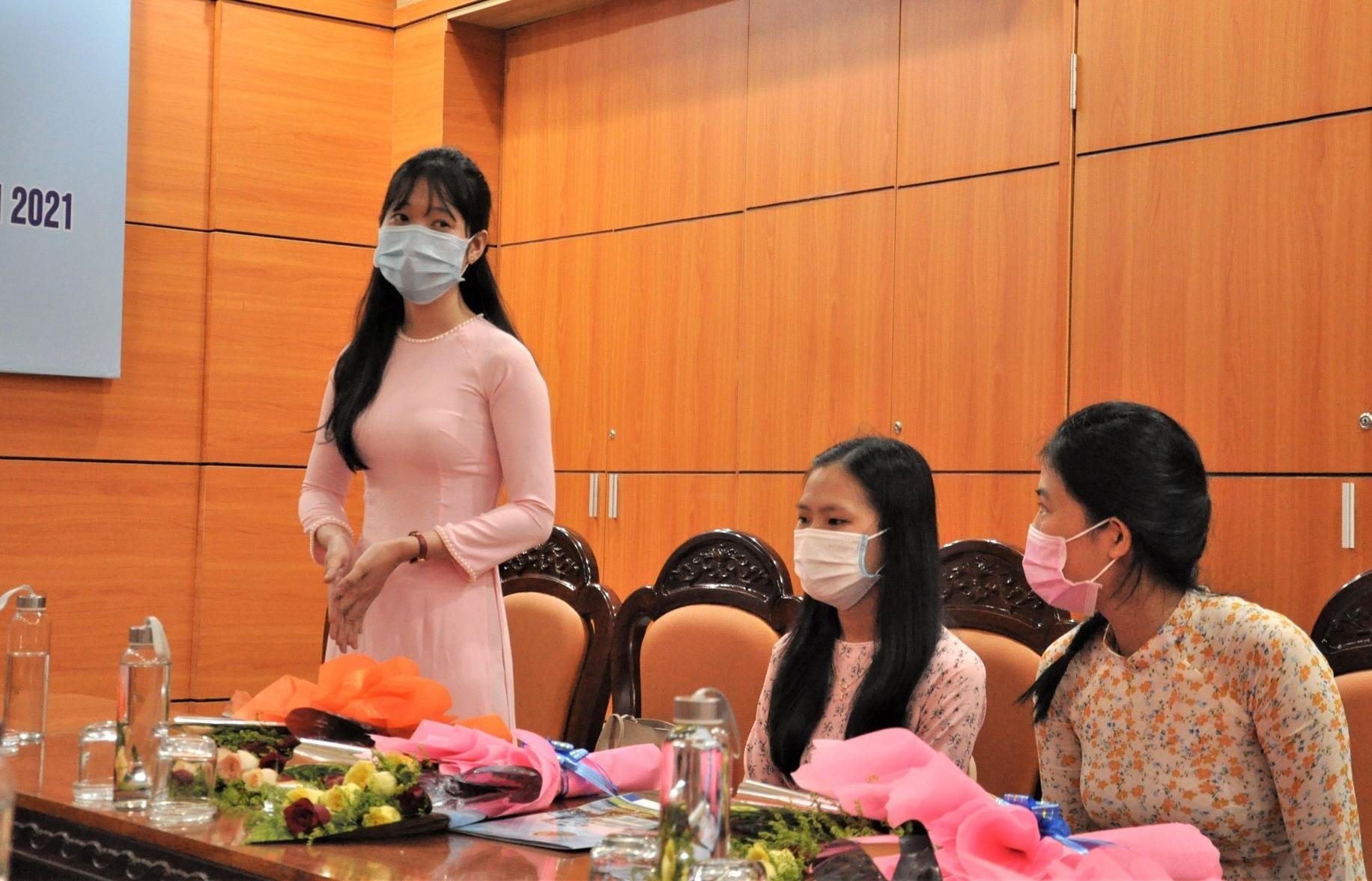 Sinh viên trúng tuyển phát biểu bày tỏ lời cám ơn đến lãnh đạo Sở GD-ĐT đã quan tâm, tạo điều kiện cho sinh viên trở thành các nhà giáo của ngành GD-ĐT Quảng Nam. Ảnh: X.P