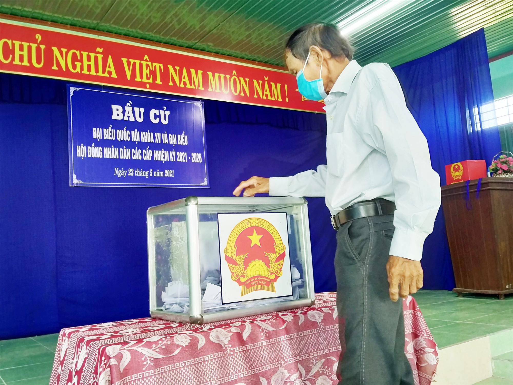 Cử tri thôn Quý Hương đi bầu cử thêm ngày 30.5.2021. Ảnh: N.Đ