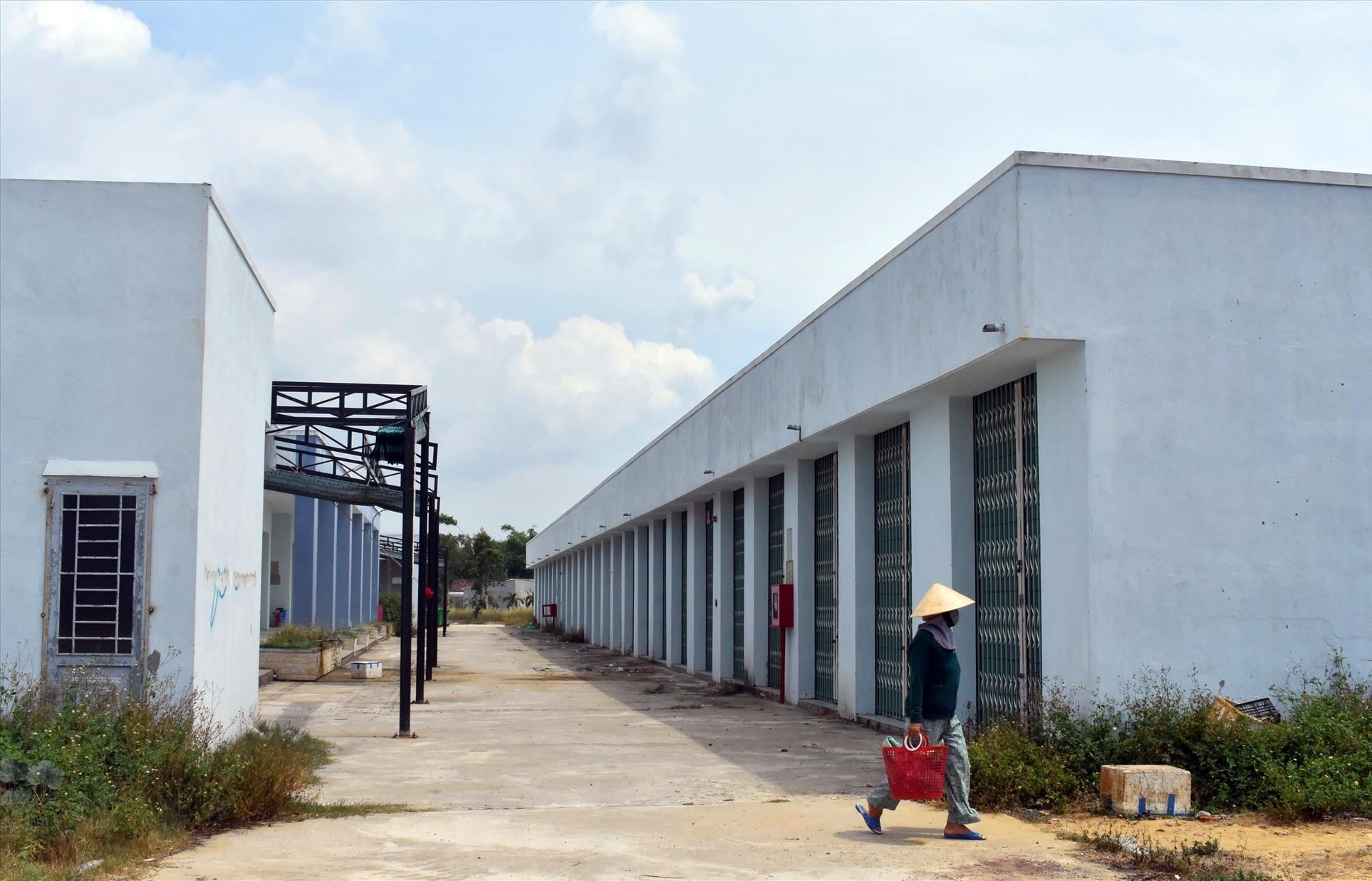 Rất nhiều ki ốt trong chợ Điện Nam Bắc không có người thuê