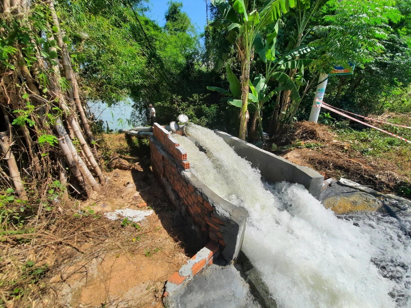 Ngoài các hồ chứa thủy lợi, hàng loạt trạm bơm chống hạn được đưa vào hoạt động phục vụ sản xuất vụ hè thu. Ảnh: H.ĐẠO