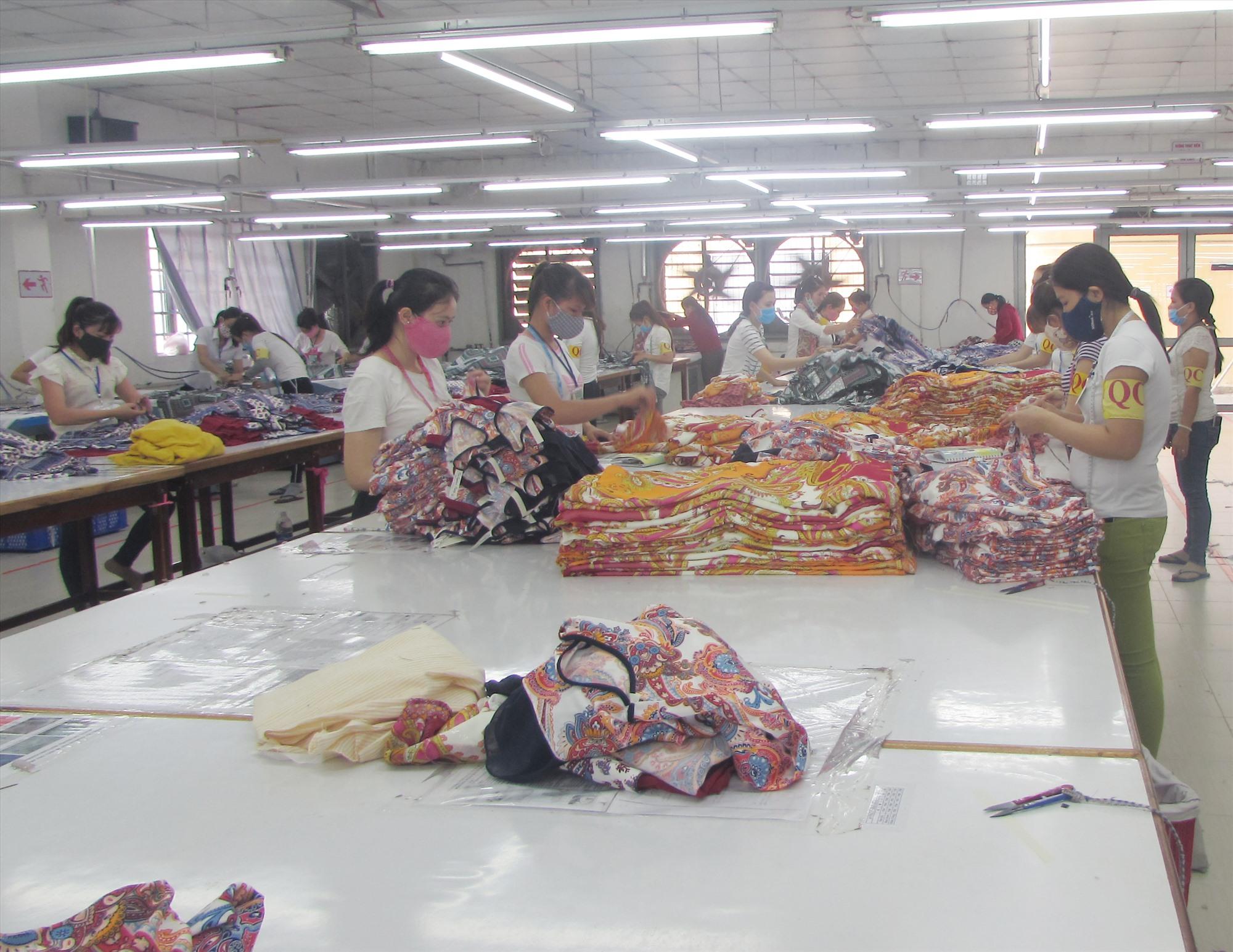 Một phân xưởng may của nhà máy trong CCN Trảng Tôn. Ảnh: VĂN PHIN