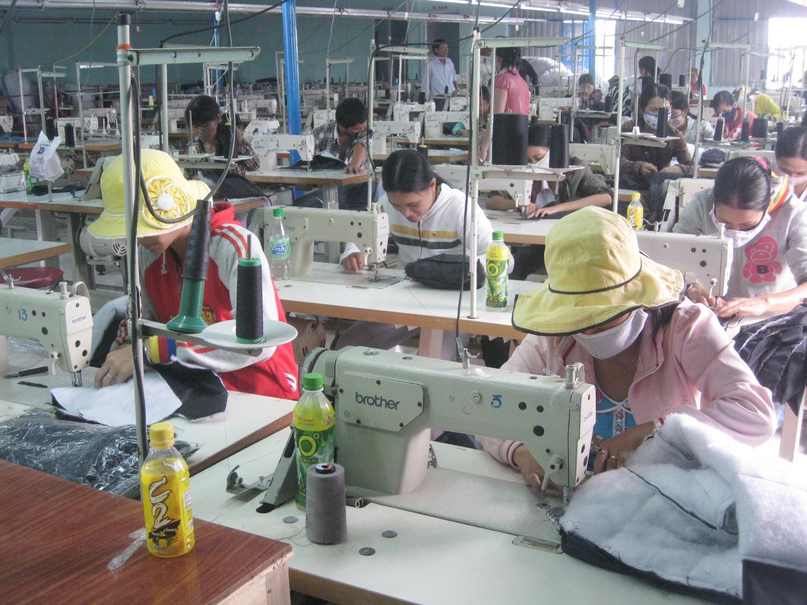 Doanh nghiệp may mặc trong CCN Núi Thành.