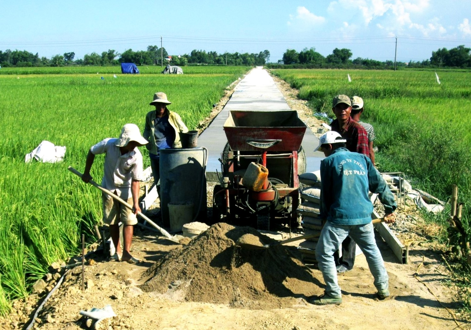 Cần linh hoạt huy động sự đóng góp của nhân dân trong quá trình xây dựng kết cấu hạ tầng nông thôn. Ảnh: N.P