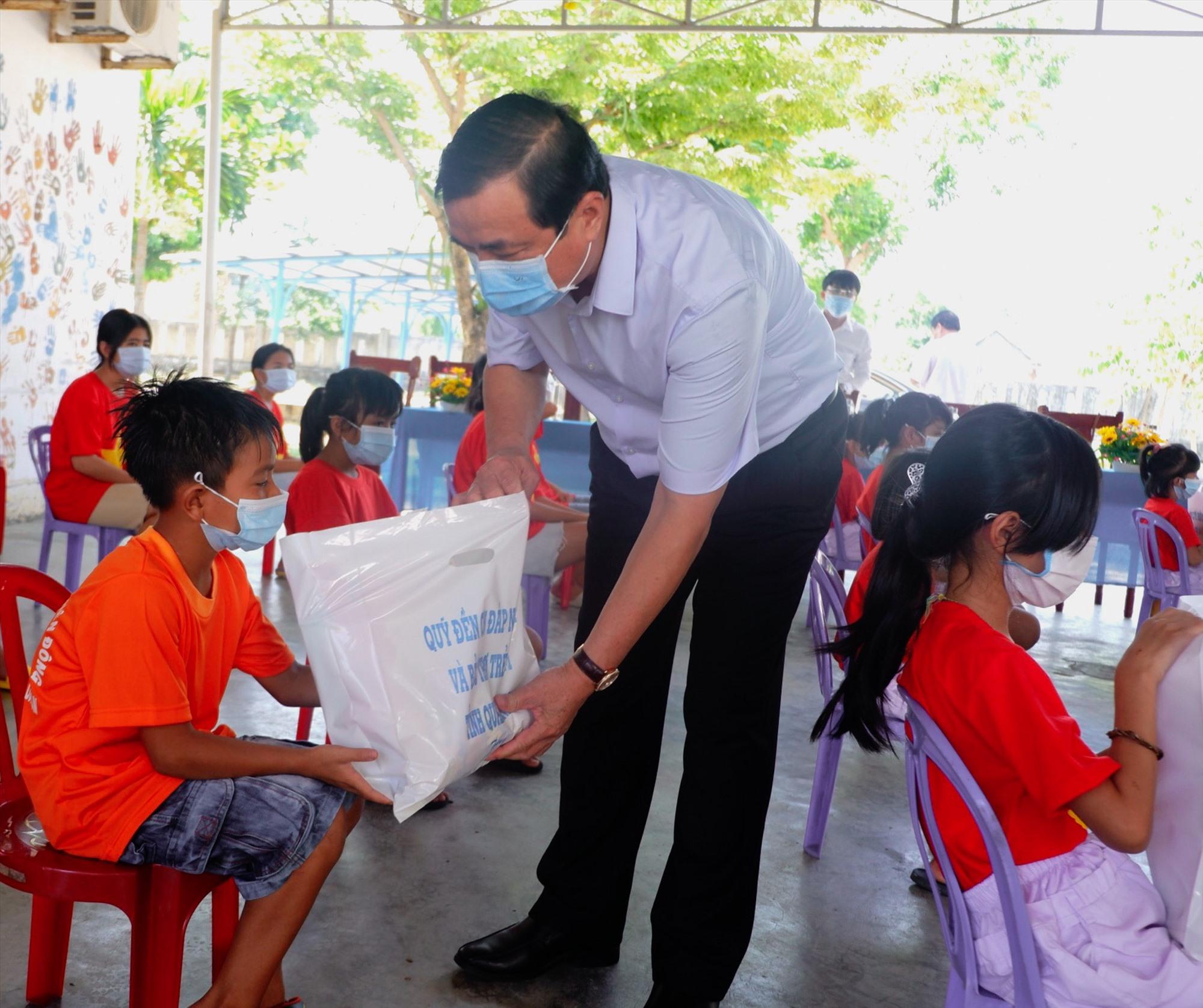 Bí thư Tỉnh ủy Phan Việt Cường tặng quà cho trẻ em ở Làng trẻ Hòa Bình. Ảnh: X.H