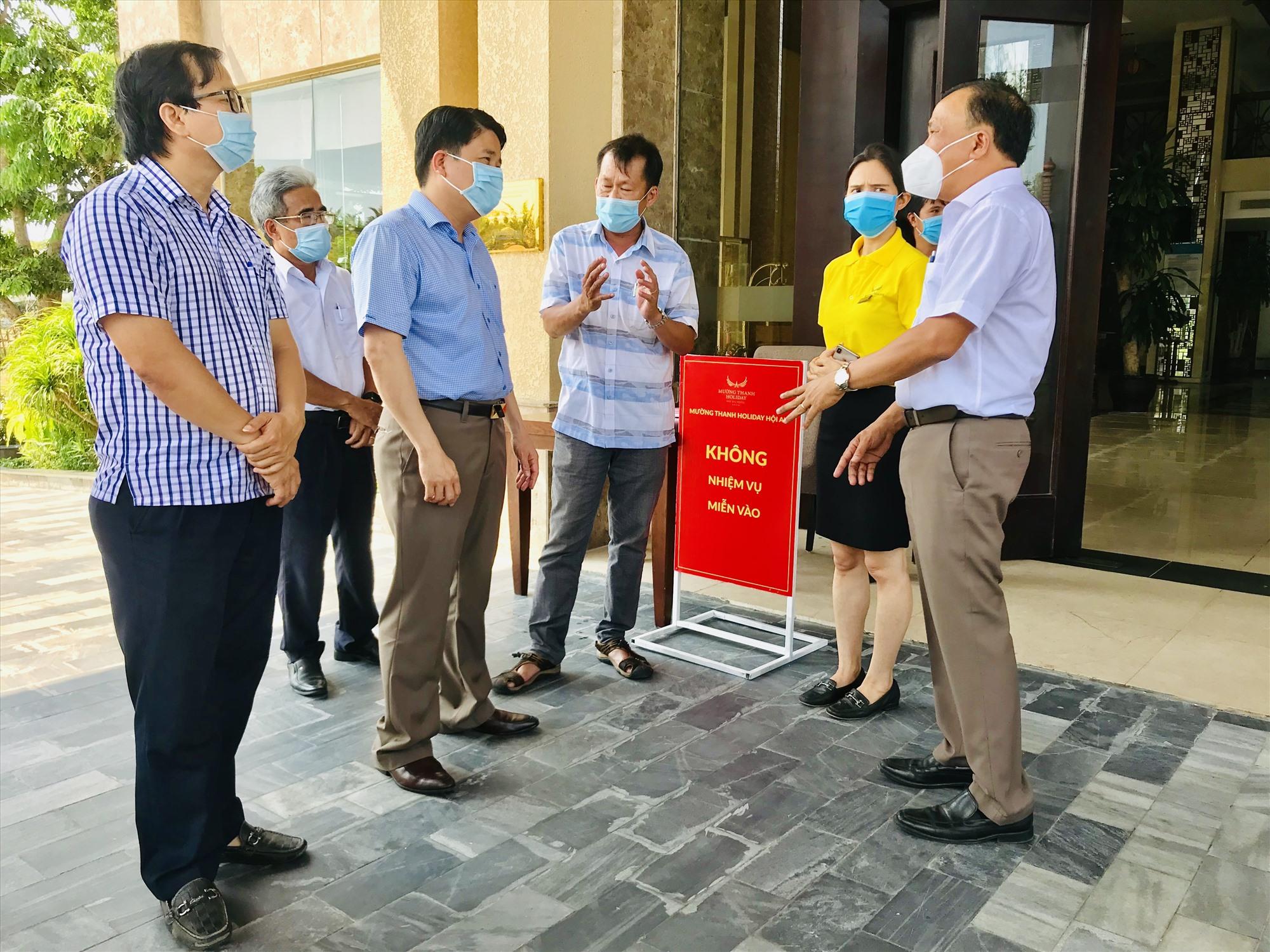 Lãnh đạo tỉnh kiểm tra công tác phòng chống dịch Covid-19 tại một khách sạn ở Hội An trong dịp lễ 30.4 & 1.5. Ảnh: Q.T
