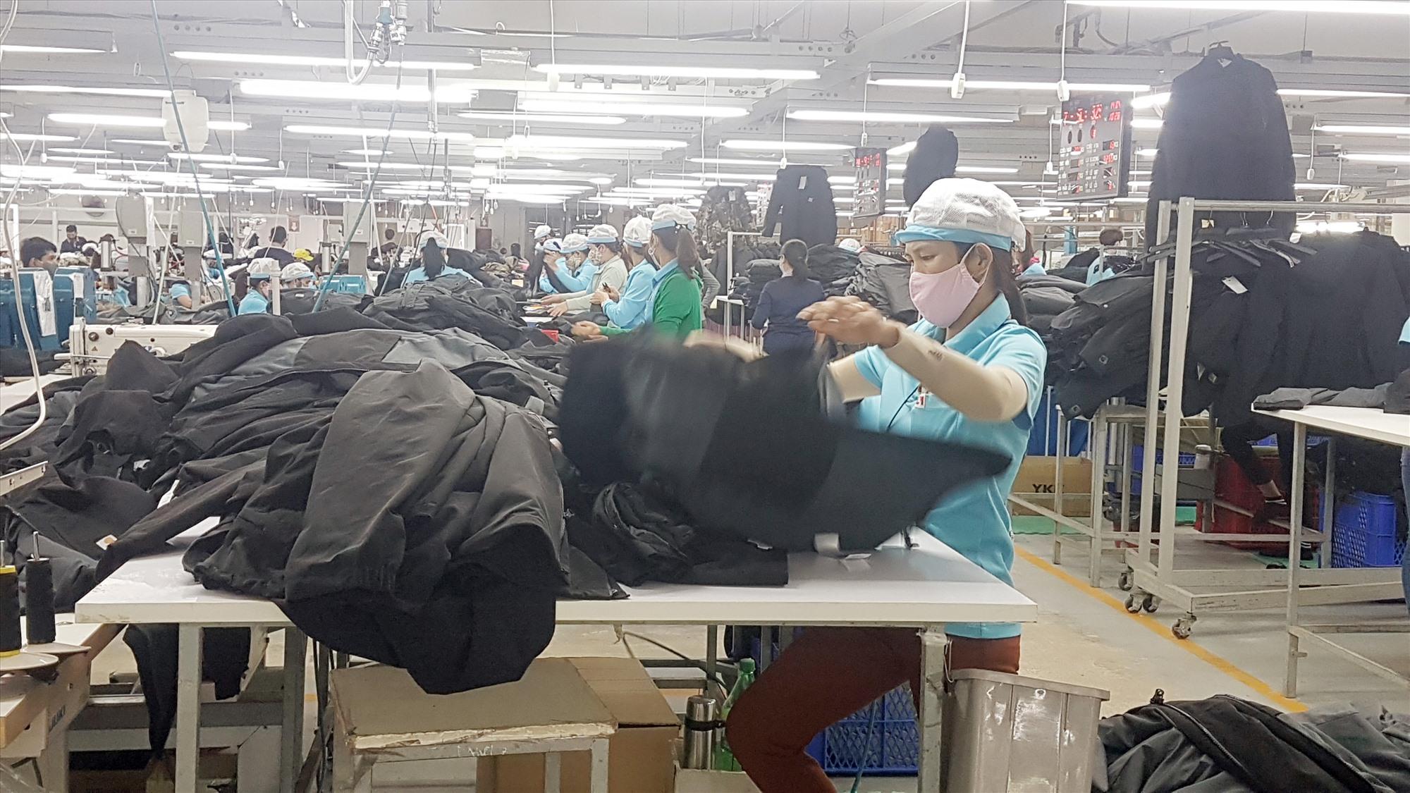 Đảm bảo các biện pháp làm việc an toàn cho người lao động trong điều kiện dịch bệnh phức tạp hết sức cần thiết. Ảnh: D.L