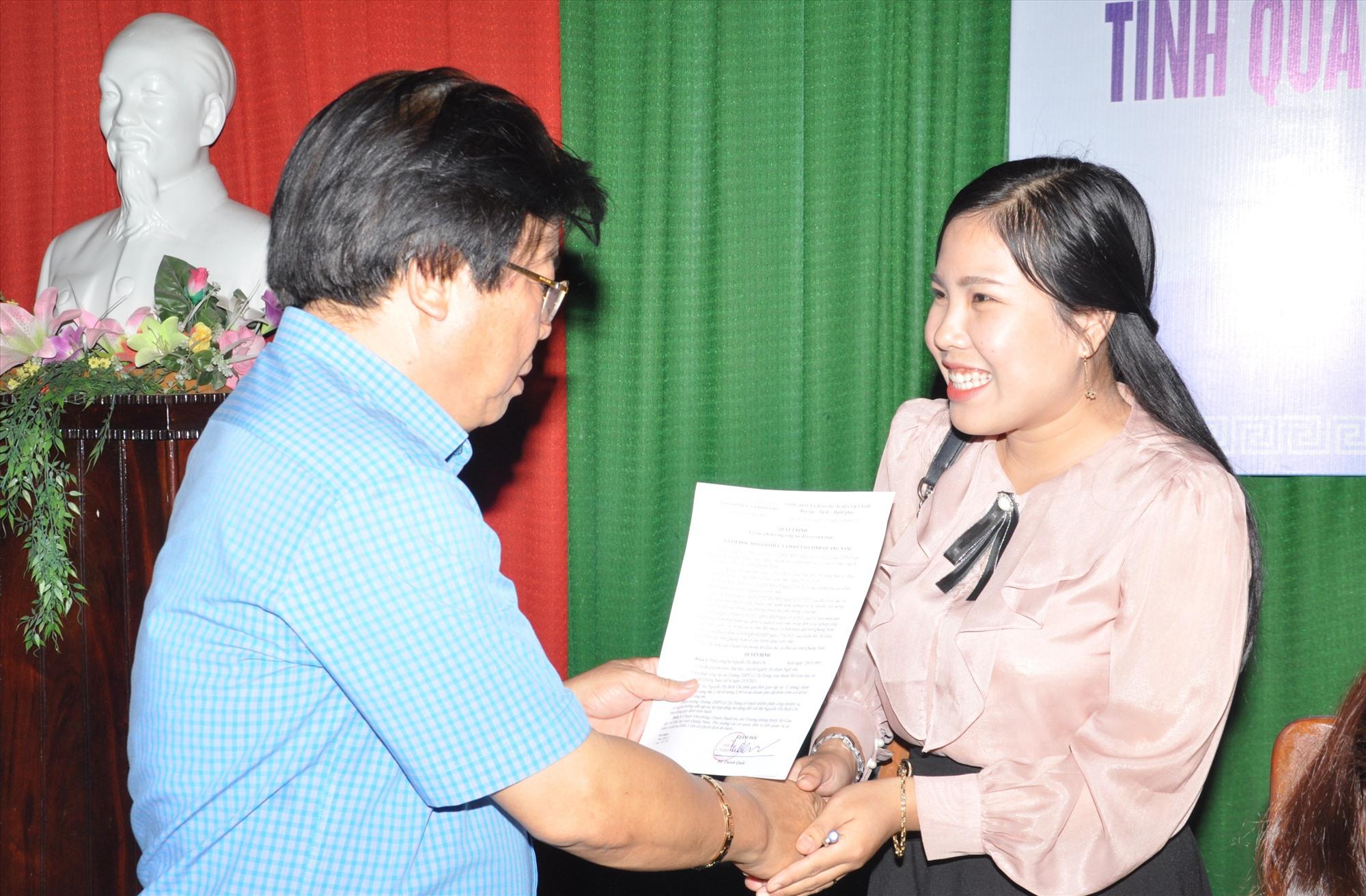 Giám đốc Sở GD-ĐT trao quyết định tuyển dụng và quyết định phân công công tác ngay sau khi TS tự chọn trường. Ảnh: X.P