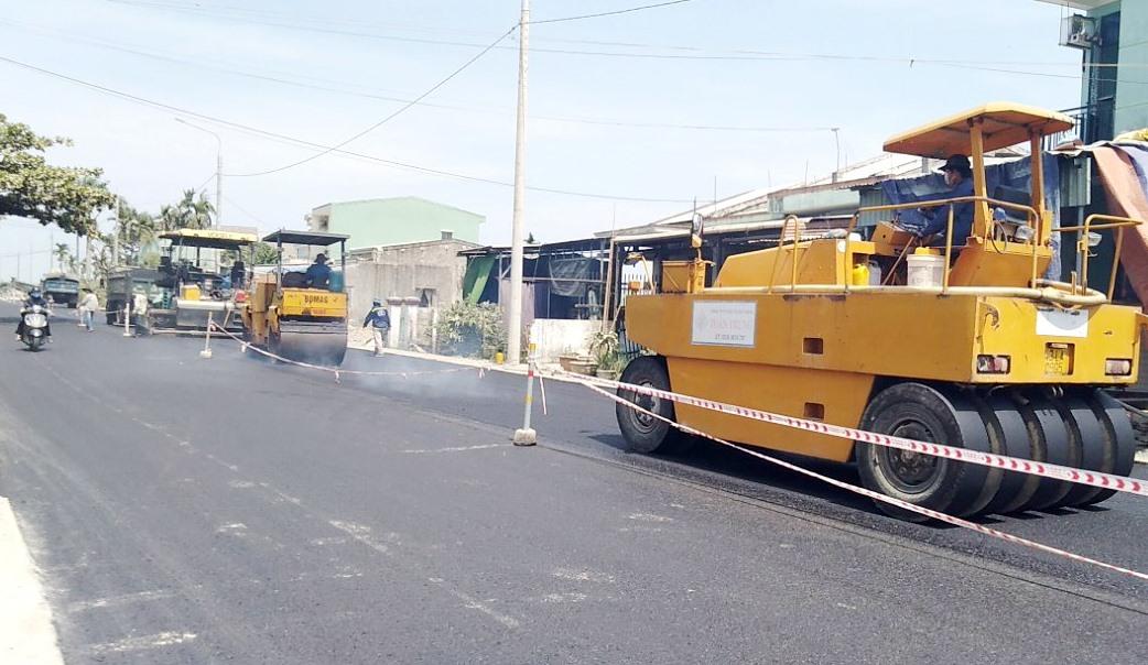 Thi công dự án nâng cấp, mở rộng tuyến ĐT608 nối dài, đoạn qua xã Điện Minh (Điện Bàn). Ảnh: CT