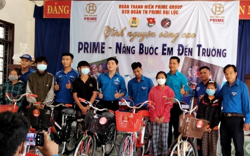 Đoàn thiện nguyện trao xe đạp cho học sinh khó khăn của xã Cà Dy. Ảnh: Đ.N