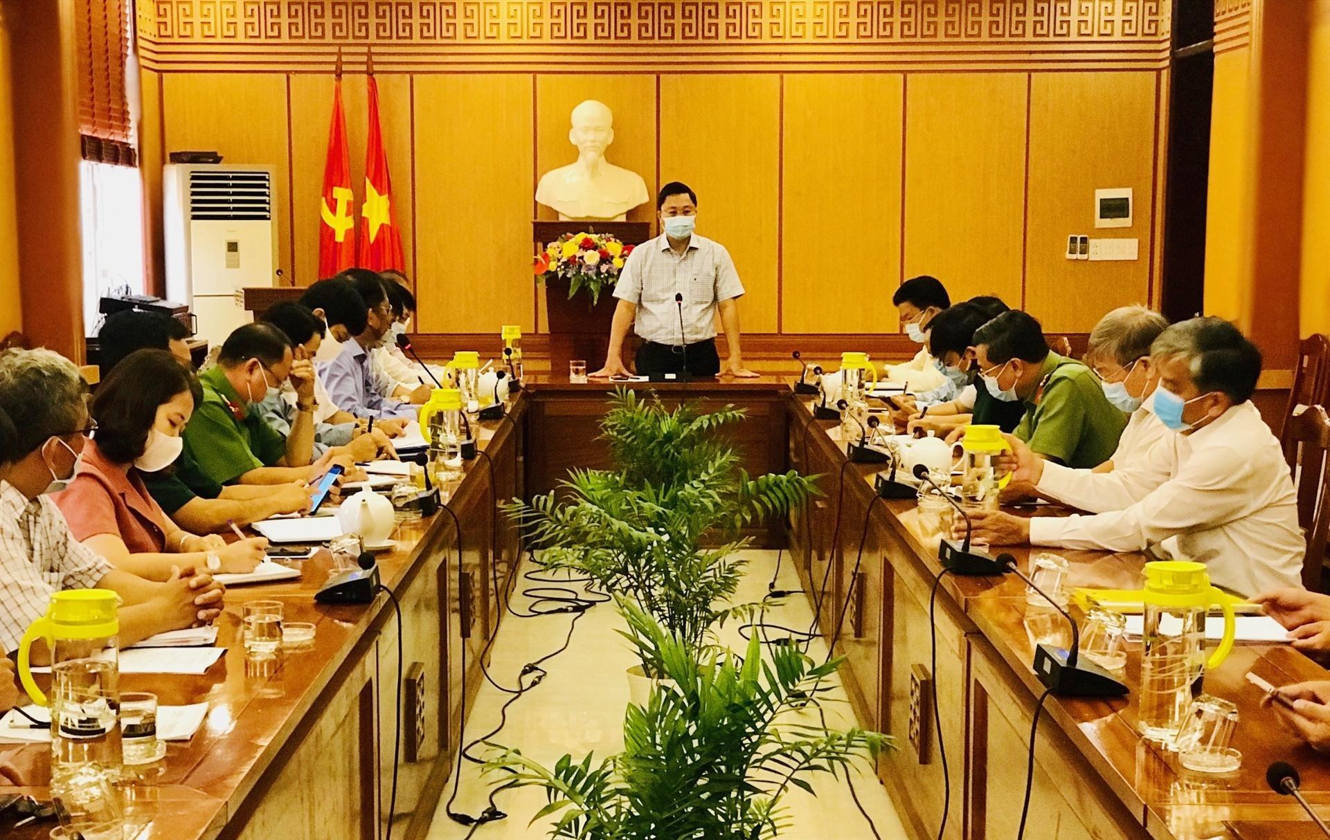 Chủ tịch UBND tỉnh Lê Trí Thanh chủ trì buổi làm việc với lãnh đạo TP.Hội An về công tác phòng, chống dịch Covid-19. Ảnh: Q.T