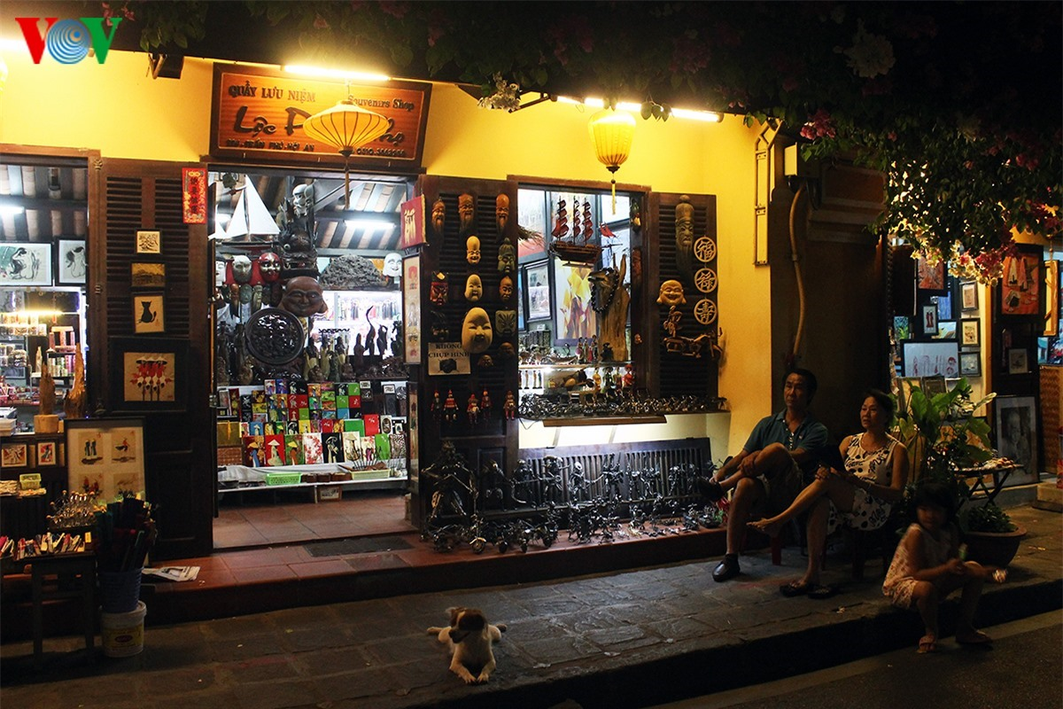 Time seems not to go by in the quiet space of the ancient quarter.