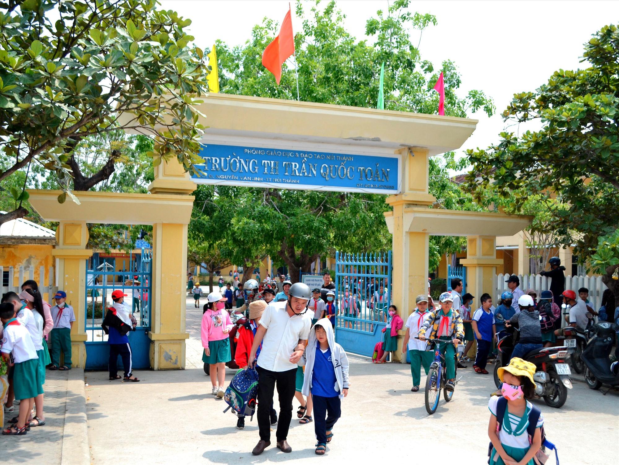 Giờ tan học tại cổng một trường tiểu học ở thị trấn Núi Thành đã thông thoáng hơn trước (ảnh chụp trước khi dịch Covid-19 bộc phát trở lại). Ảnh: C.T