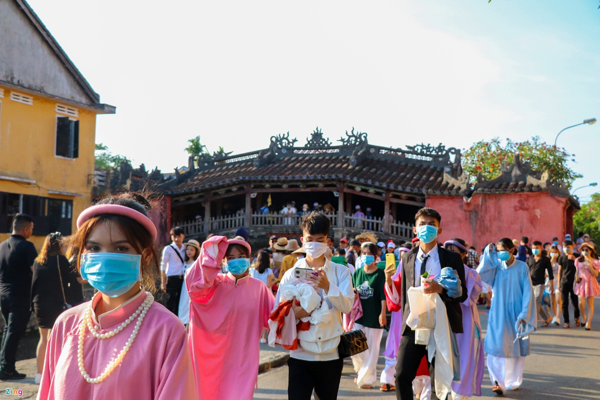 The area of Japanese Bridge is very crowded with visitors. All of them obey wearing face masks.