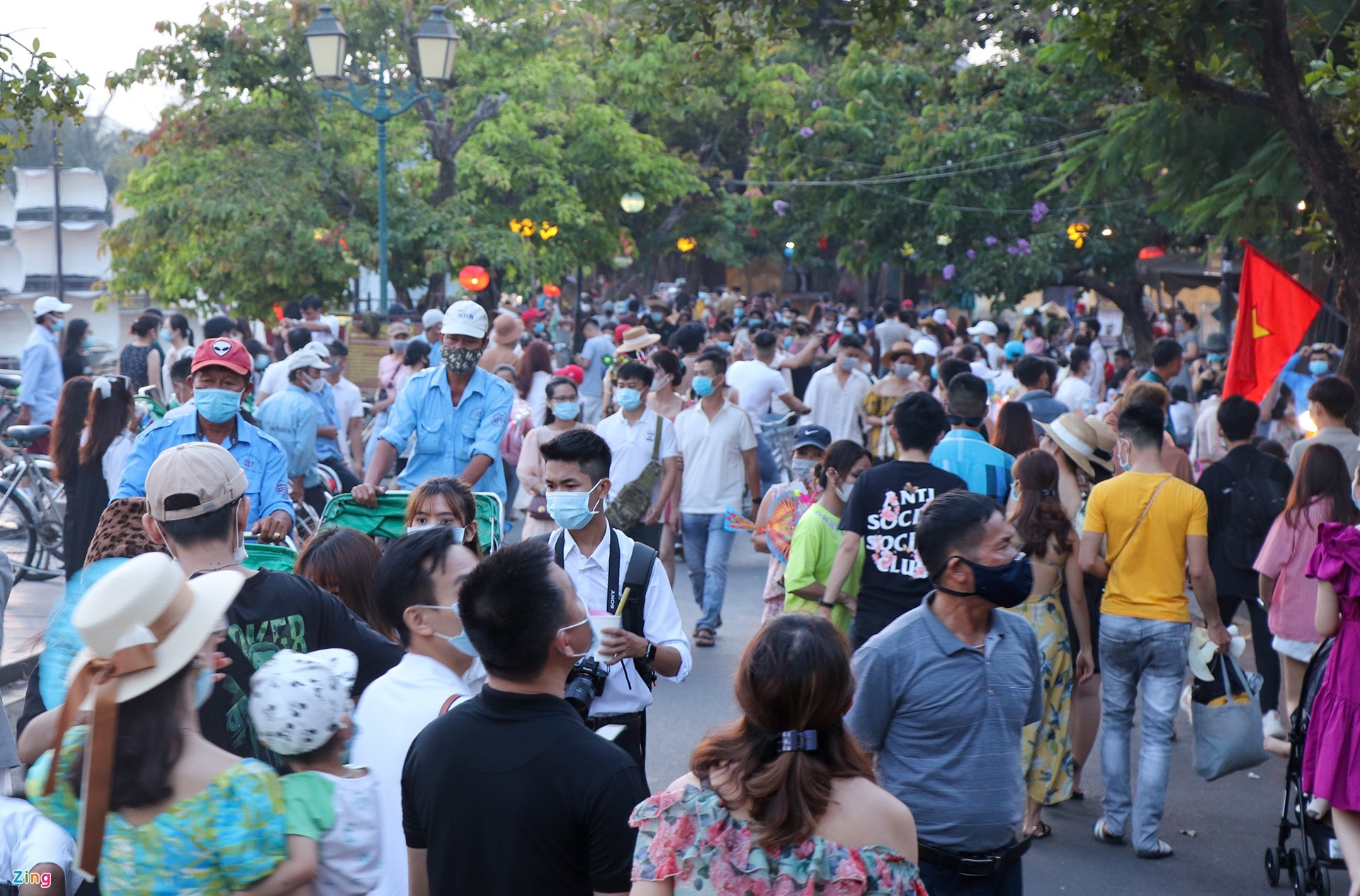 Pedestrian streets such as Bach Dang, Nguyen Thai Hoc, and Le Loi are also very busy.