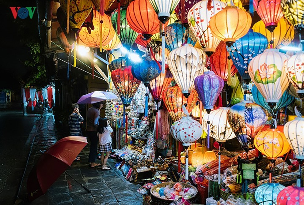 Going to night markets is not only aimed at shopping but walking around, learning more about the cultural life at night there.