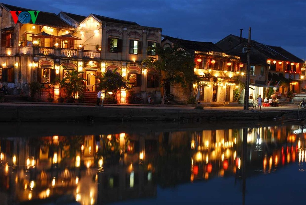 Nguyen Hoang night market was built in 2012. It is located on the border of An Hoi and Dong Hiep quarters of Minh An ward, Hoi An city.