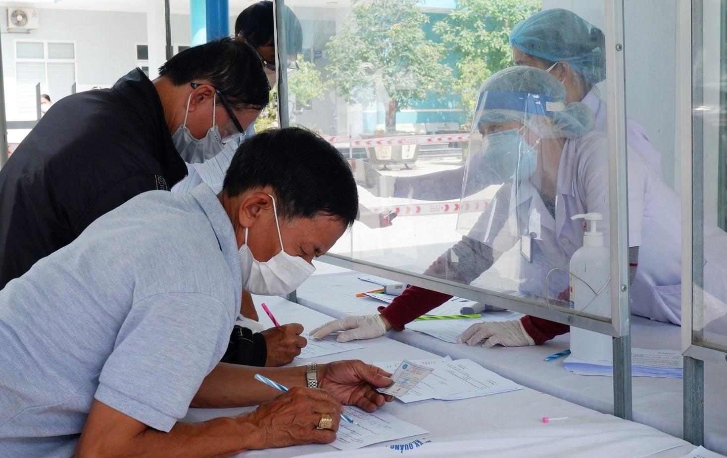 Người dân phải thực hiện khai báo y tế ngay chốt chặn ở cổng bệnh viện.