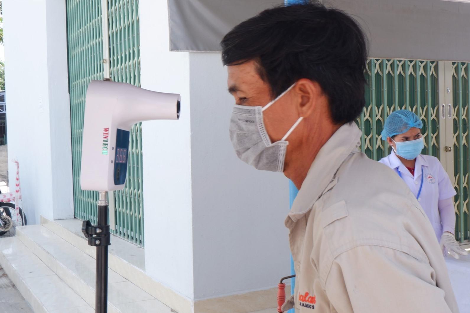 Kiểm tra thân nhiệt trước khi vào bệnh viện.