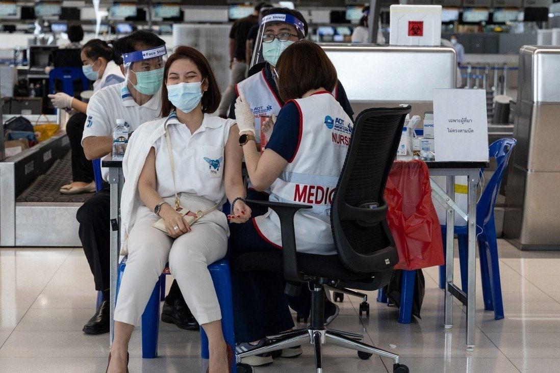 Nhân viên sân bay tại Thái Lan tiêm ngừa Covid-19. Ảnh: Bloomberg