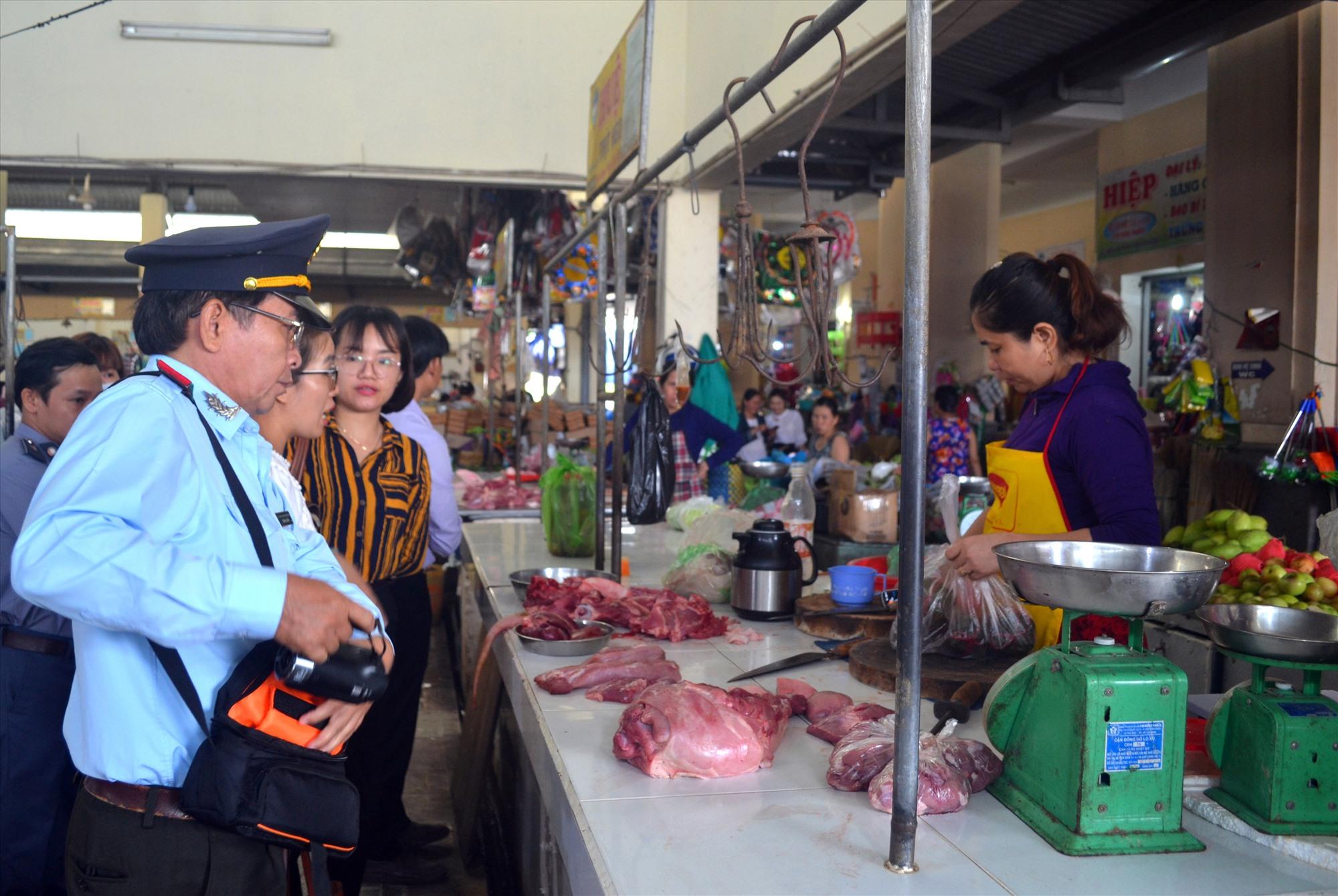 Ngành chức năng thanh tra, kiểm tra ATTP ở chợ Nam Phước. Ảnh: VIỆT NGUYỄN
