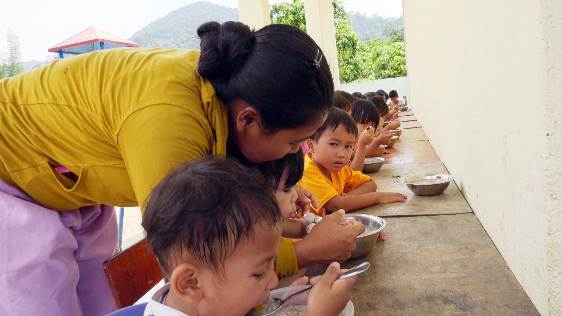 Bữa ăn trưa của các cháu mẫu giáo thôn Pa Lan, xã La Ê, huyện Nam Giang. Ảnh: V.T