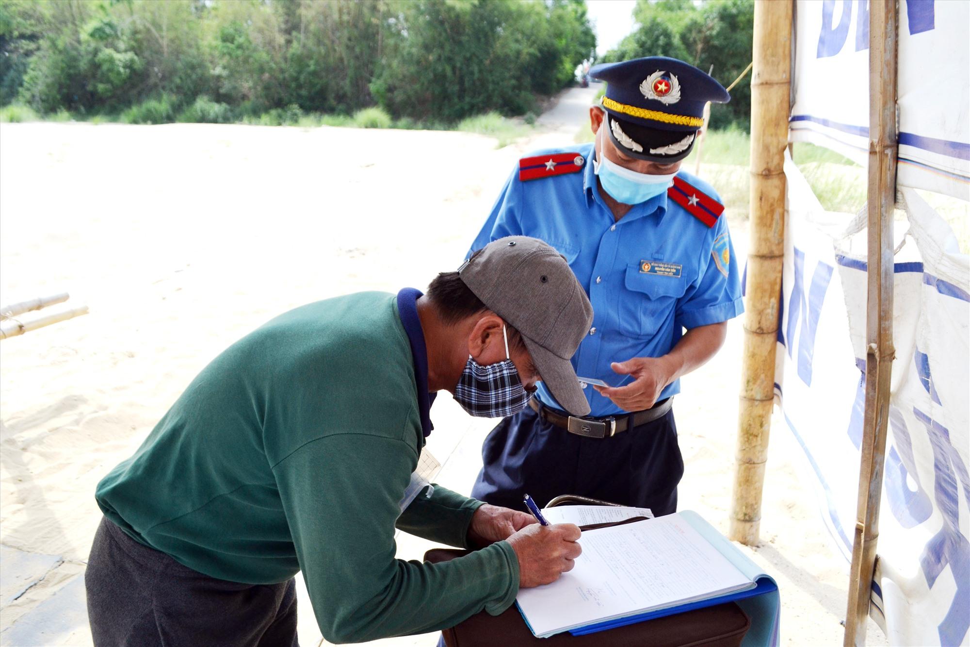 Xử phạt chủ phương tiện đò ngang xã Duy Tân (huyện Duy Xuyên) chở người quá quy định. Ảnh: K.K
