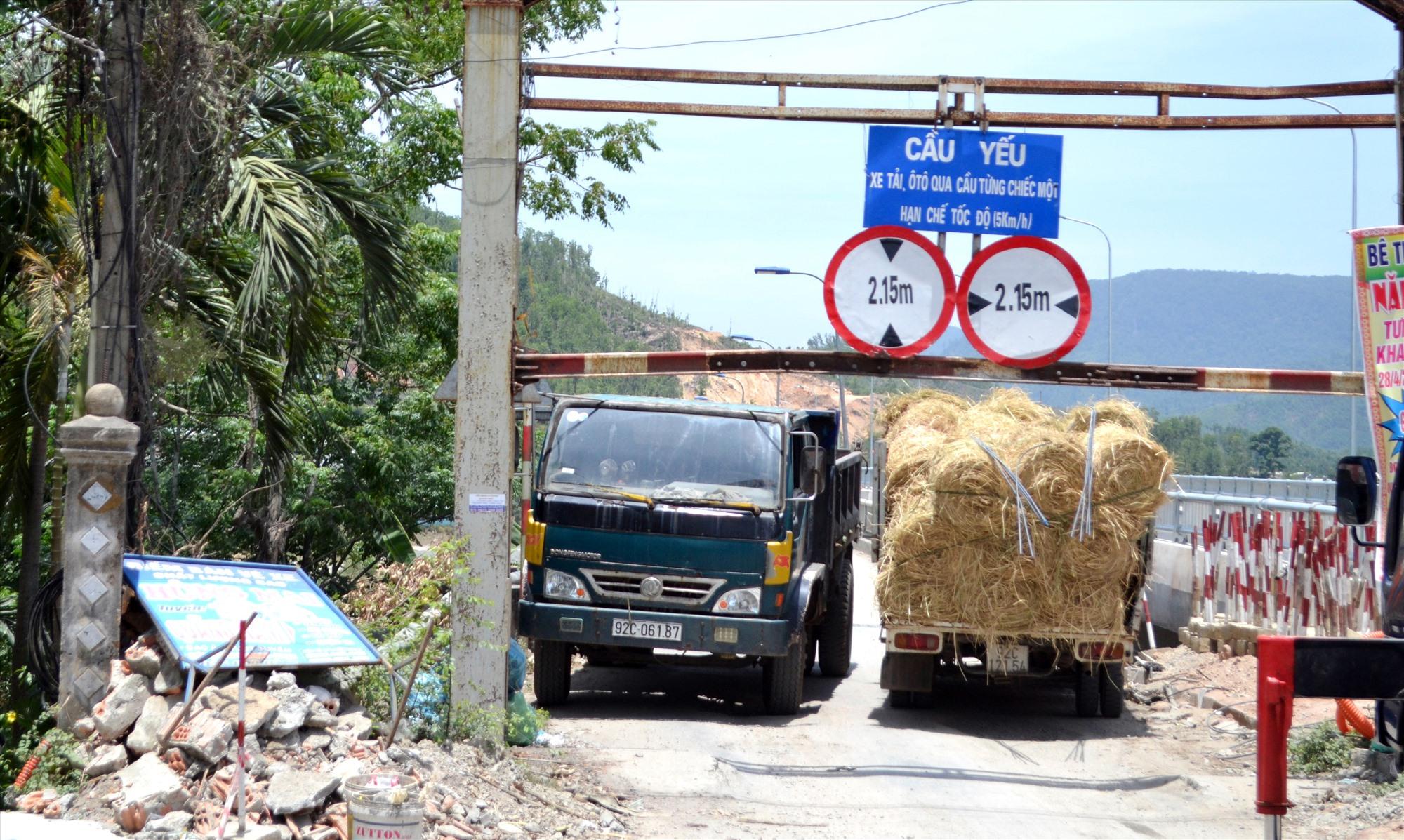 Kẹt xe khi qua cầu Nông Sơn trên tuyến quốc lộ 14H qua địa bàn huyện Nông Sơn. Ảnh: T.C.T
