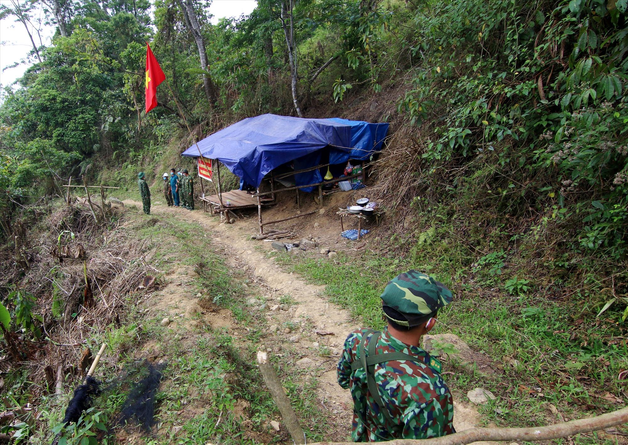 Chiến sĩ biên phòng cùng lực lượng dân quân địa phương luôn sẵn sàng bước đường tuần tra, vì sau lưng họ là bình yên của Tổ quốc.