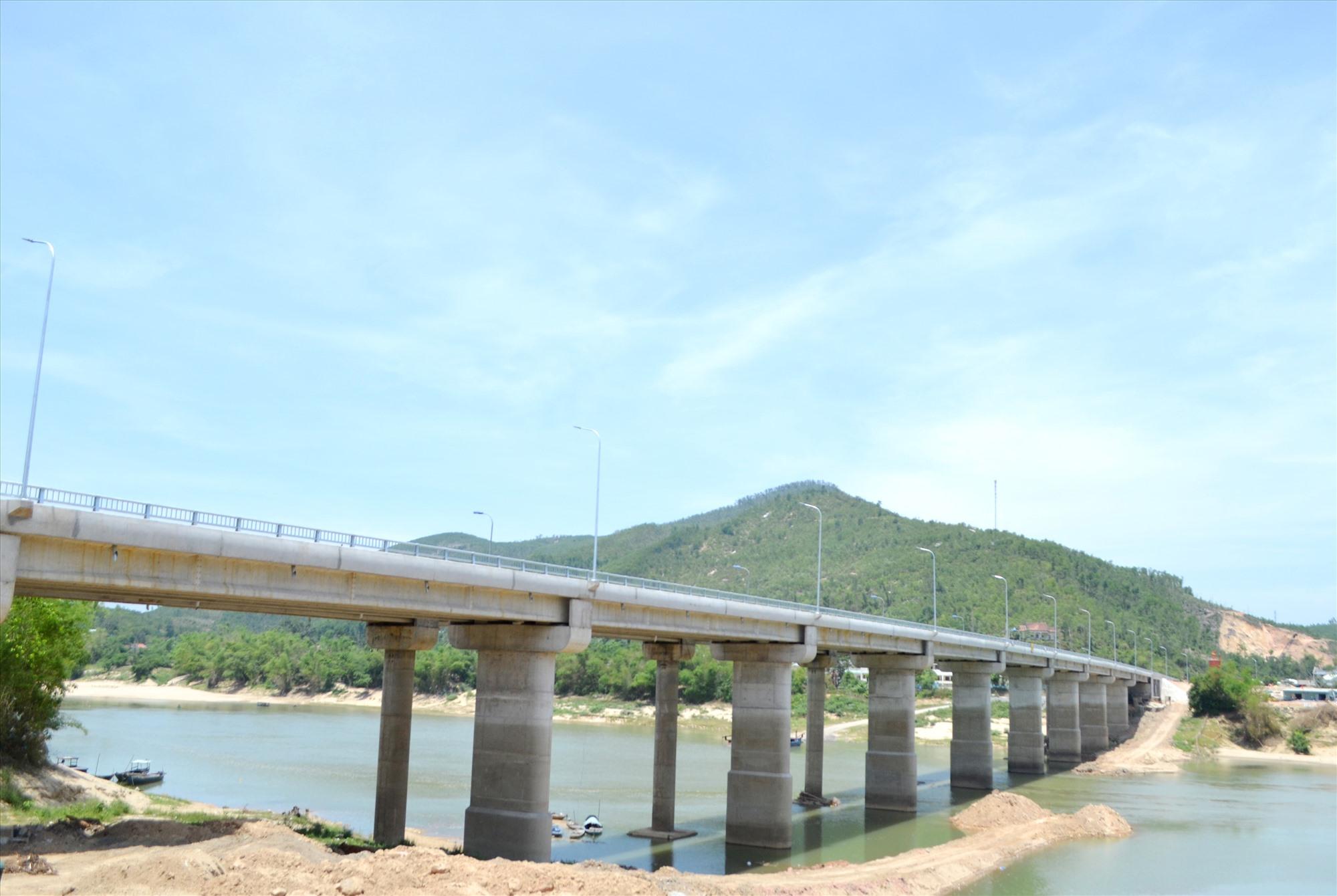 Cầu Nông Sơn đã hoàn thành việc thi công. Ảnh: CT