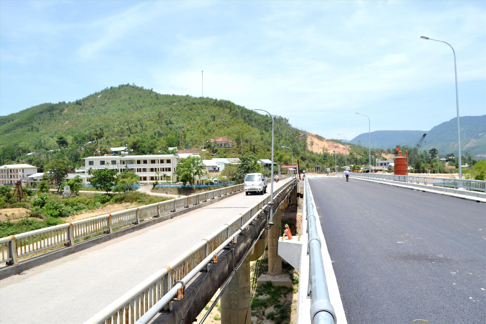 Cầu mới Nông Sơn nằm kẹp với cầu cũ. Ảnh: CT