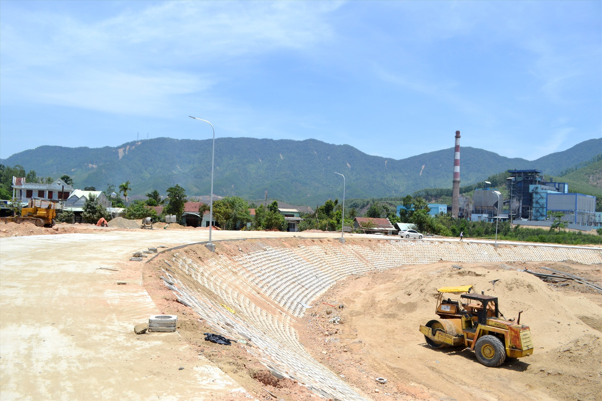 Đường dẫn phía nam thực hiện dạng hoa thị để đảm bảo kết nối với quốc lộ 14H và các tuyến ĐH của huyện Nông Sơn. Ảnh: CT