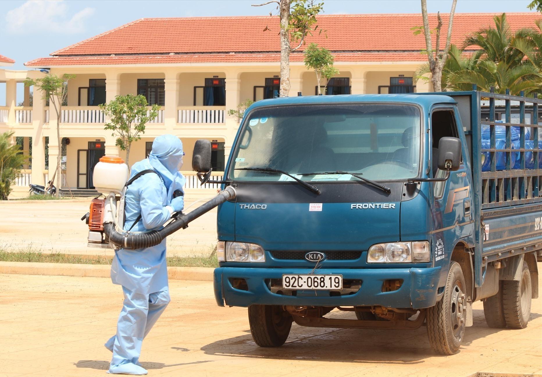 Phun thuốc khử trùng tại khu cách ly tập trung huyện Núi Thành. Ảnh: T.C