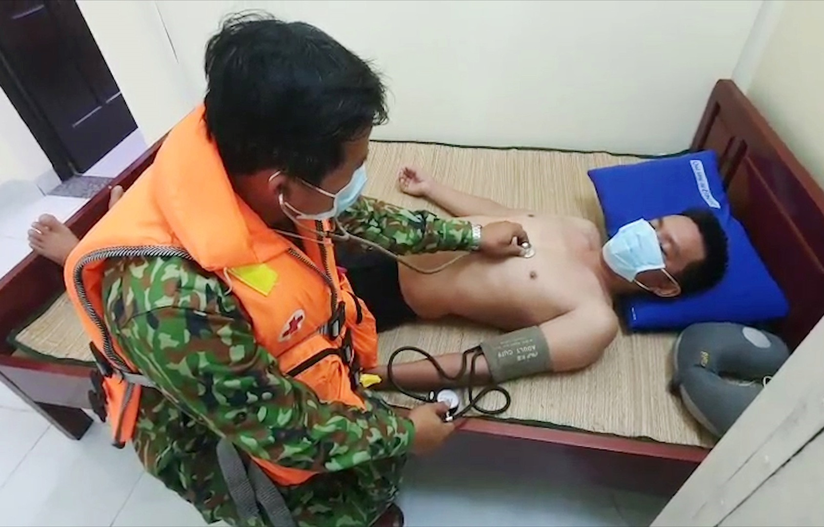 Quân y Biên phòng kiểm tra sức khỏe ngư dân. Ảnh: HỒNG ANH