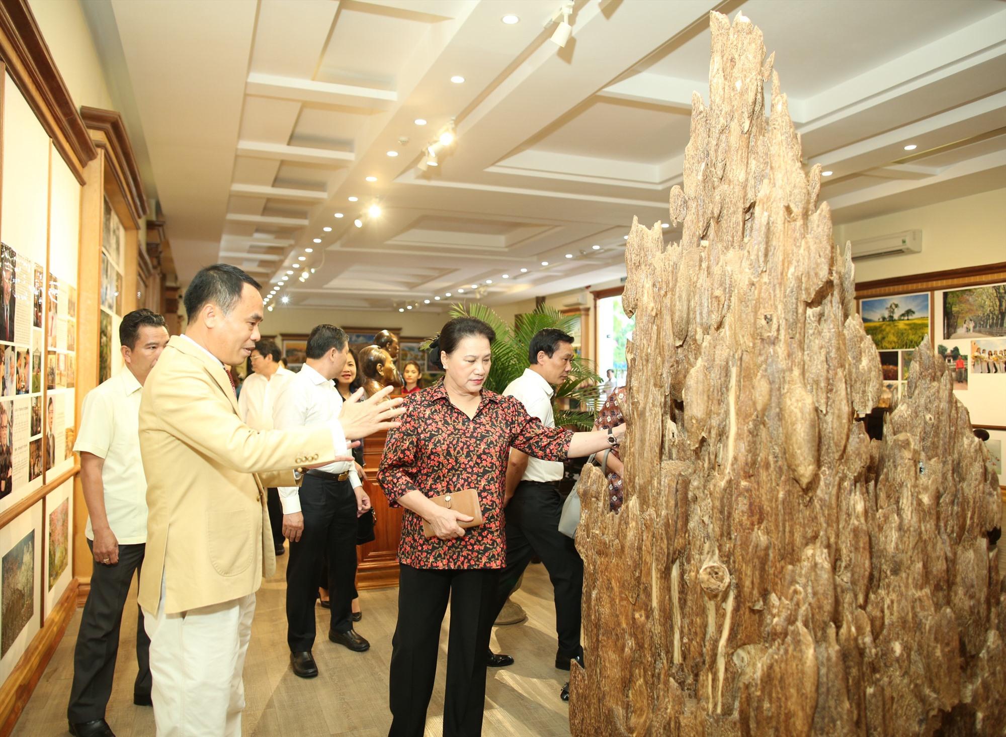 Nguyễn Văn Tưởng giới thiệu một khối trầm hương quý. Ảnh: TRẦN ĐĂNG