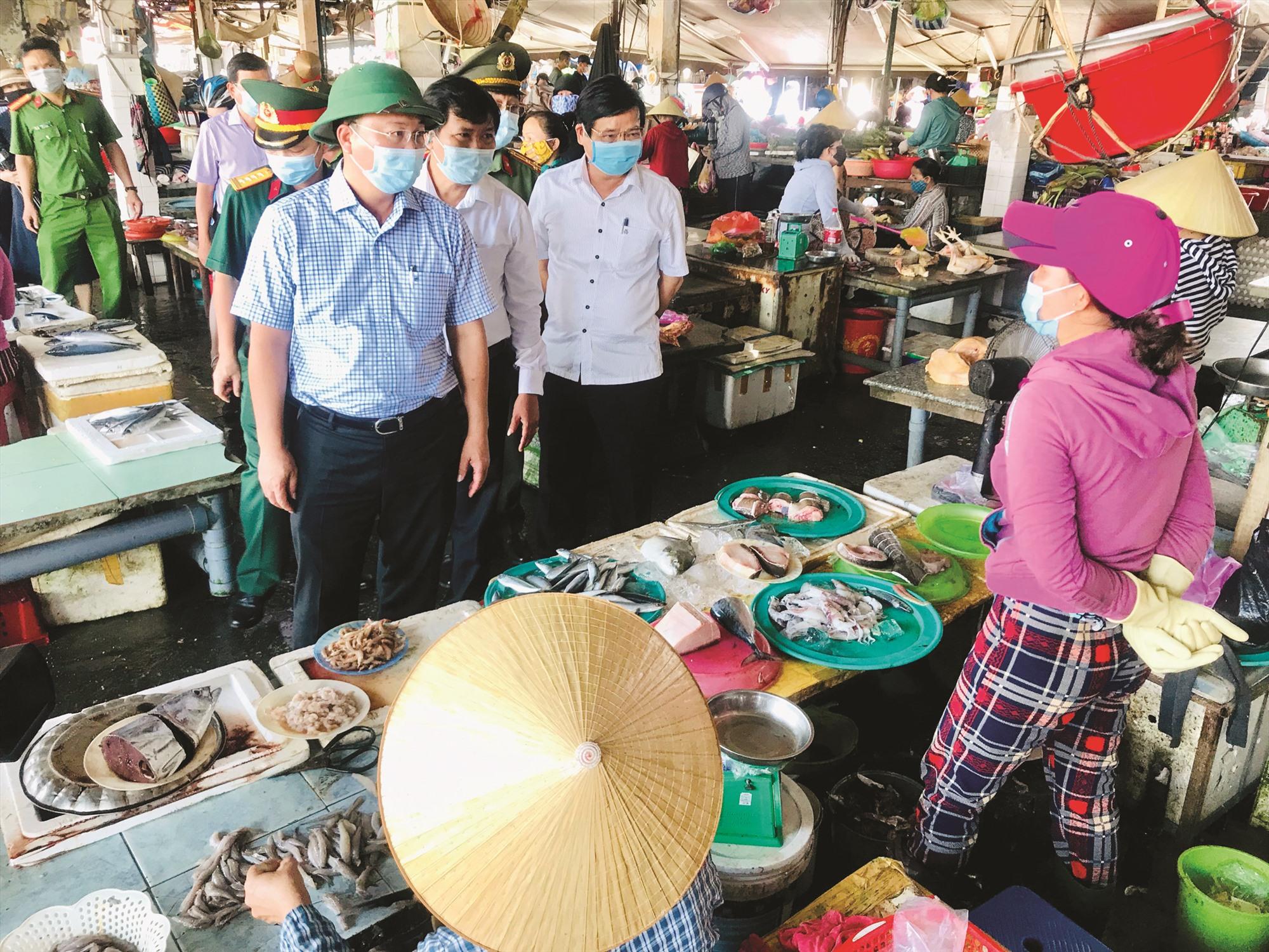 Chủ tịch UBND tỉnh Lê Trí Thanh kiểm tra việc thực hiện các biện pháp phòng dịch trong cộng đồng. Ảnh: H.T