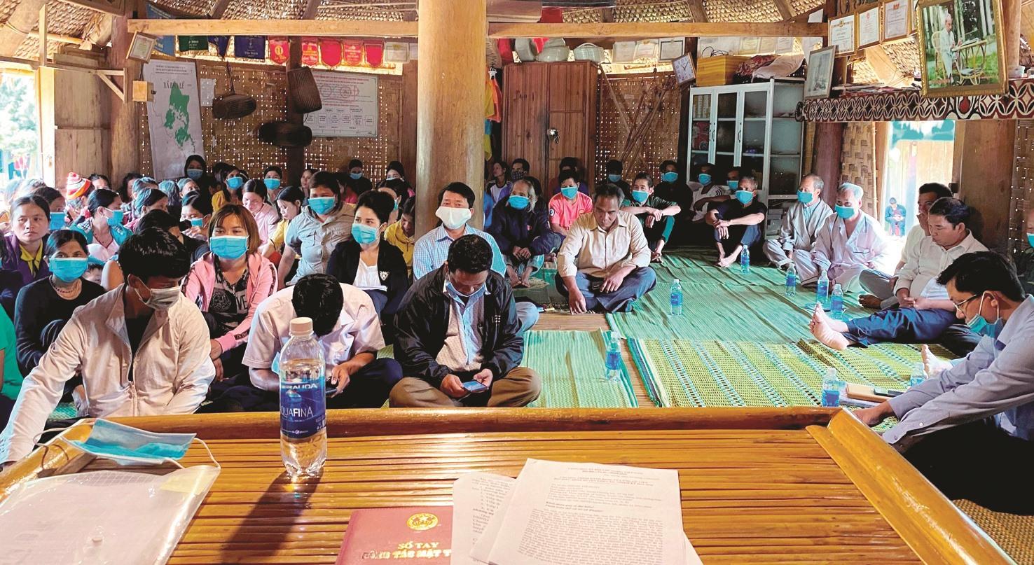 Một cuộc họp lấy ý kiến cử tri được thực hiện trong gươl truyền thống của đồng bào huyện Tây Giang.