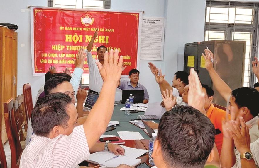 Cử tri Tây Giang biểu quyết danh sách ứng cử viên trong hội nghị tiếp xúc cử tri lần thứ 3.
