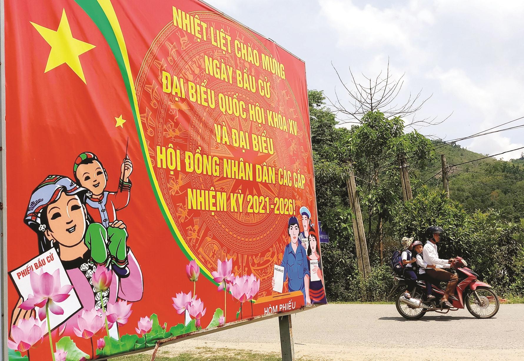 Dọc các tuyến đường vùng cao Đông Giang, Tây Giang, Nam Giang, Phước Sơn... nhiều tấm pa-nô tuyên truyền được dựng lên, cùng hướng về ngày hội bầu cử.